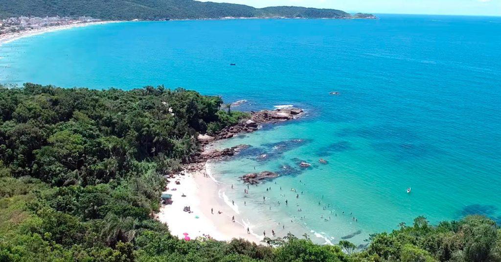 Praia do Ribeiro em Bombinhas