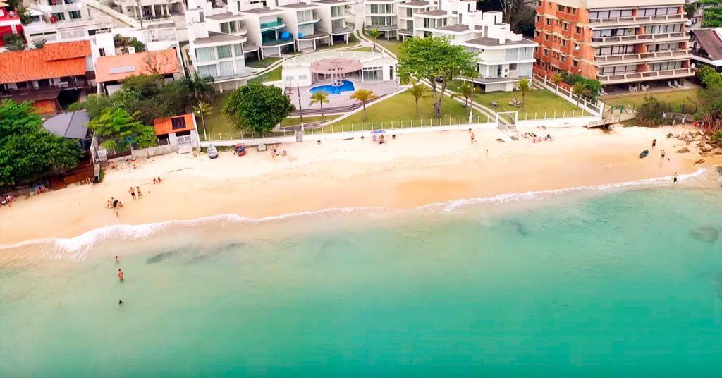 Praia do Embrulho em Bombinhas